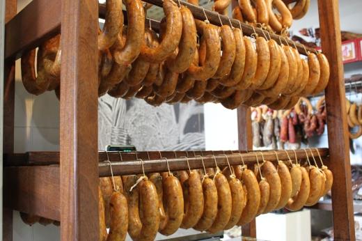 Alheiras. Embutidos tradicionales de la zona elaborados con cerdo, ave, pan y especias.
